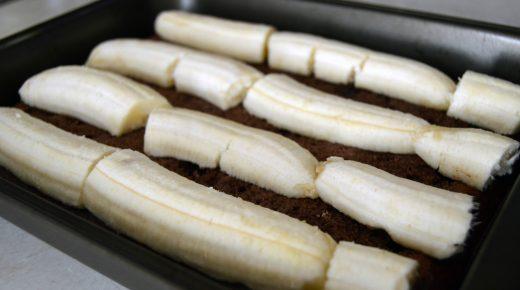 Korpus vrátíme na plech a přidáme banány