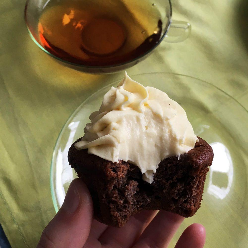 Hotový cupcake ukousnutý