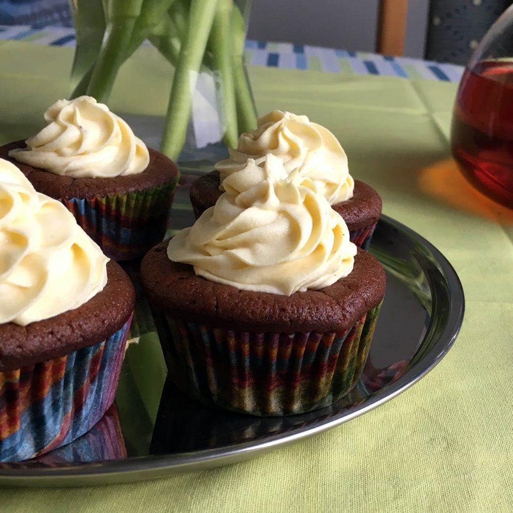 Hotové cupcaky na tácu