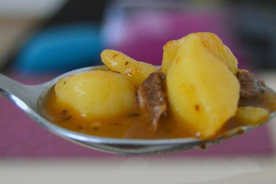 Gulášová polévka na lžíci
