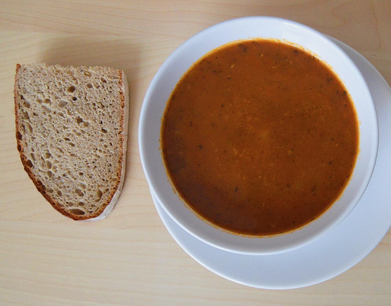 Gulášová polévka s chlebem