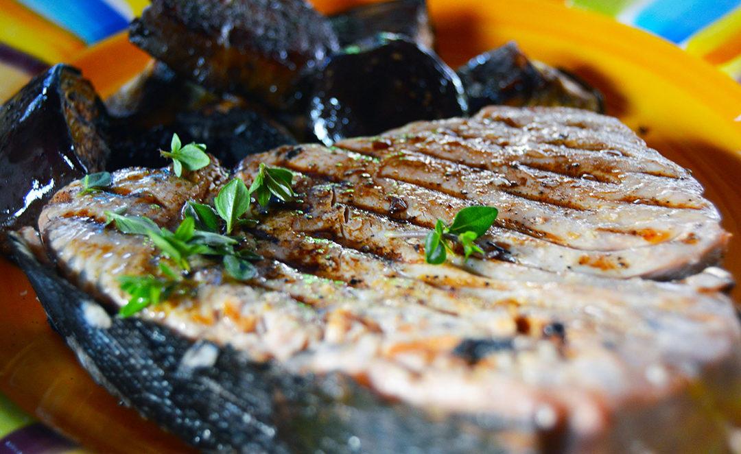 Hotový grilovaný steak z tuňáka