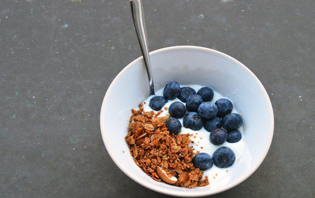 Granola s jogurtem a borůvkami